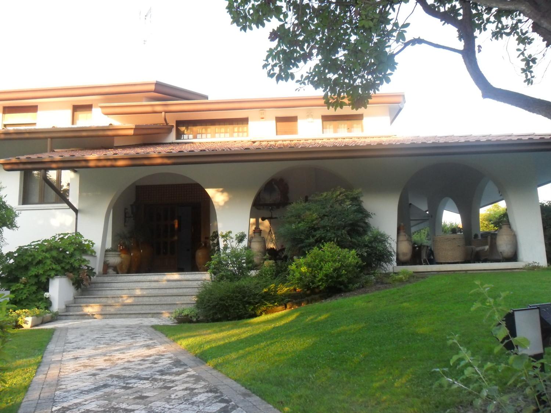 Prestigiosa villa con piscina a quinto di treviso gergo immobiliare - Piscina quinto di treviso ...